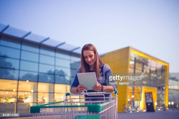 Meisje voor de grote winkel