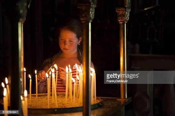 Mädchen in griechisch-orthodoxen Kirche, Beleuchtung Kerzen