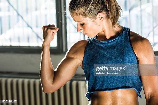 mädchen im fitnessraum - muskel stock-fotos und bilder