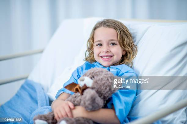 girl in hospital bed - hospital imagens e fotografias de stock