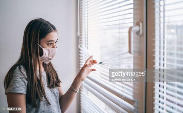 flicka i isolering hemma under virus - munskydd ensam bildbanksfoton och bilder