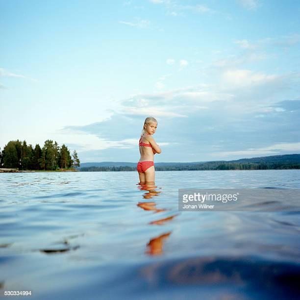 girl in lake - レクサンド ストックフォトと画像