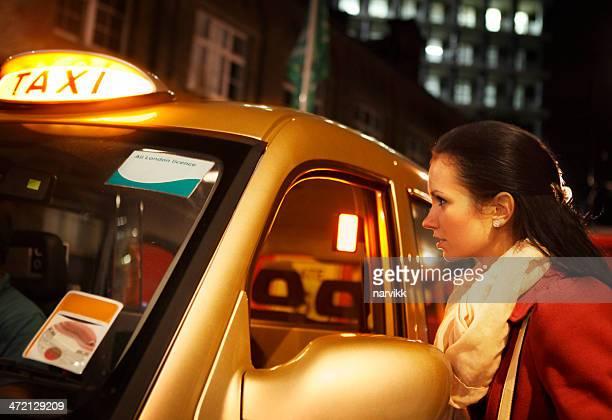 Fille de Londres commander un taxi par nuit