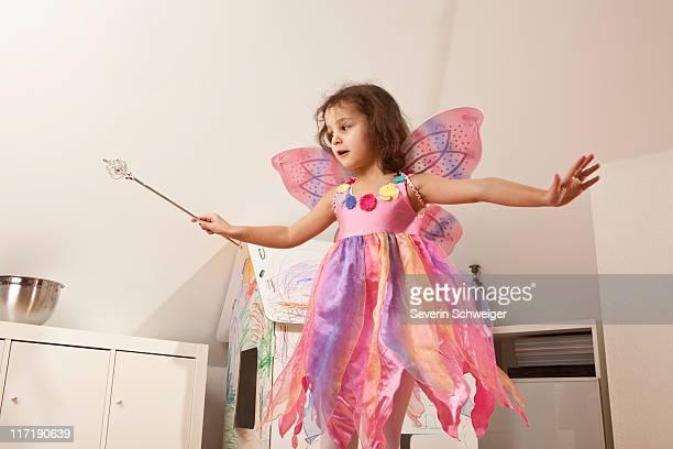 Mädchen im rosa Kleid mit Fee Flügel