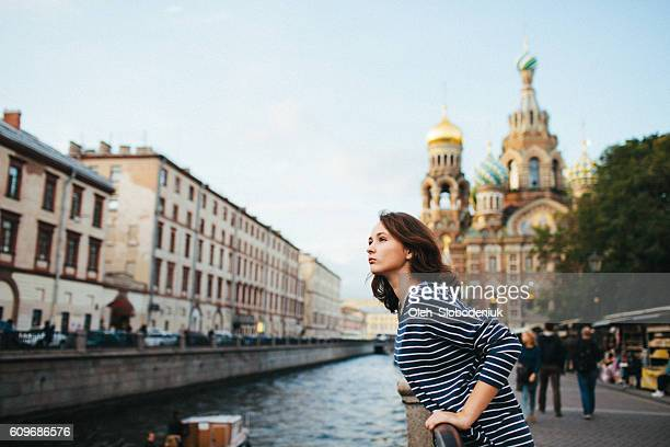 girl in st. petersburg - femme russe photos et images de collection