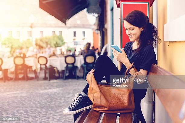 Chica en Szentendre mensaje de texto al teléfono