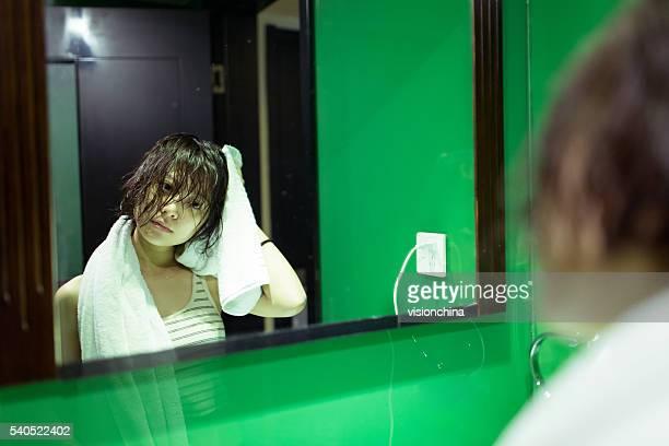Mädchen im Badezimmer