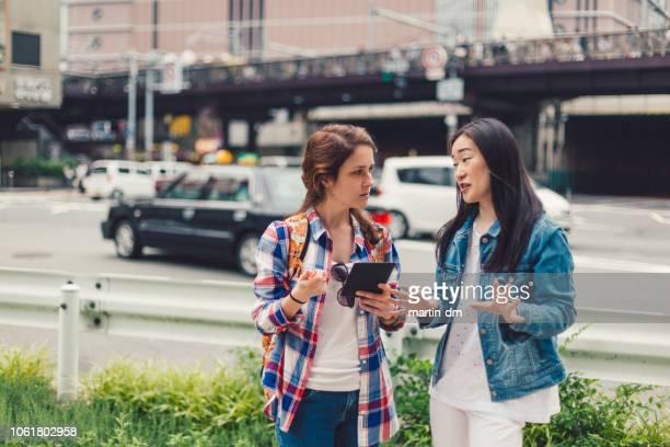 東京の女の子 - 迷う ストックフォトと画像