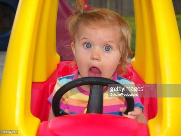 Mädchen in Spielzeugauto