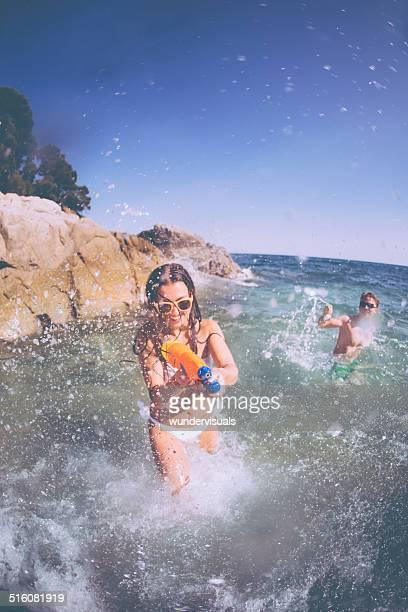 Fille en Waterfight à la plage