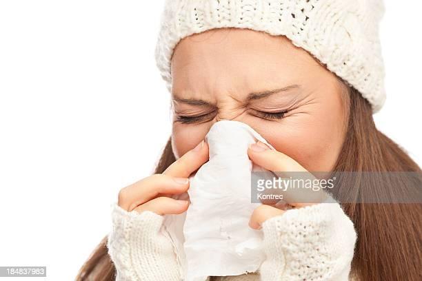 Chica en ropa de invierno estornudos