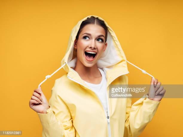 chica en impermeable amarillo - gabardina ropa impermeable fotografías e imágenes de stock