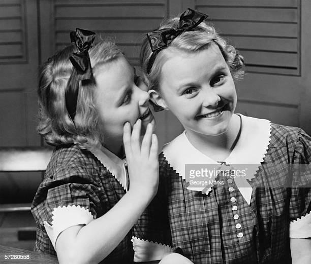 Girl (12 ~13 )屋内囁くに耳のツイン、姉妹(B &W