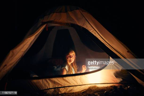girl inside tent at night - heshphoto imagens e fotografias de stock