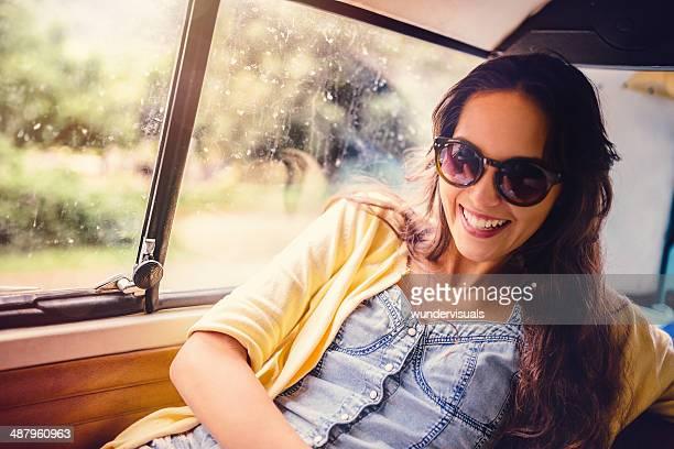 Mädchen lachen im Auto