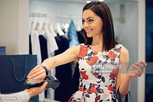 Mädchen ist die Zahlung mit ihrer smart-Uhr in der Mall