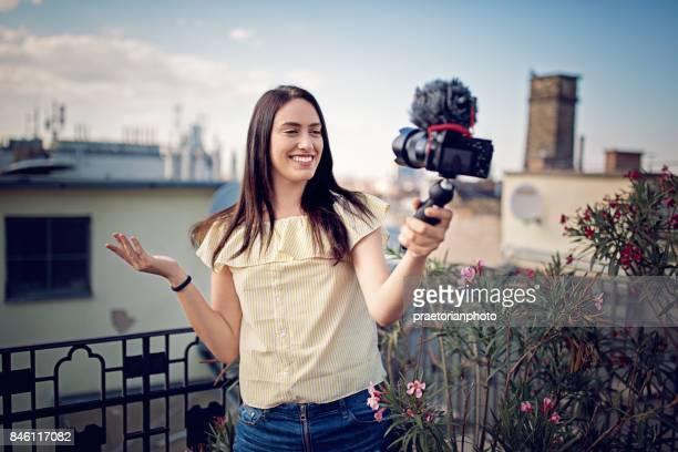 Meisje is vlogging op het dakterras