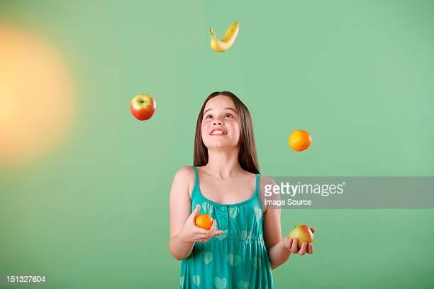 girl juggling fruit - jongleren stockfoto's en -beelden