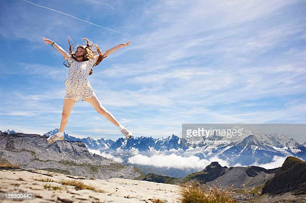 Ragazza salto nel paesaggio roccioso