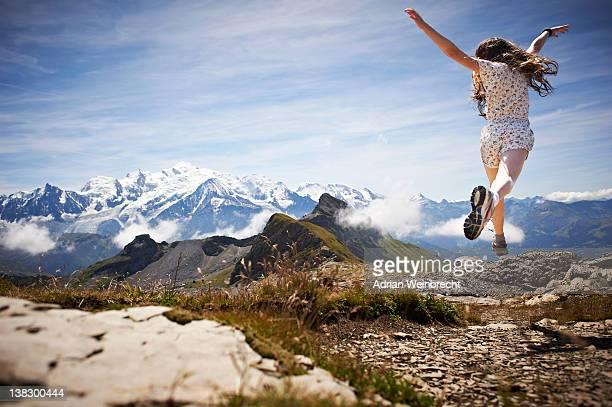 Mädchen springen in rocky landscape