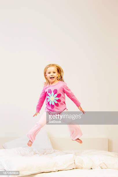 Mädchen springen auf einem Bett