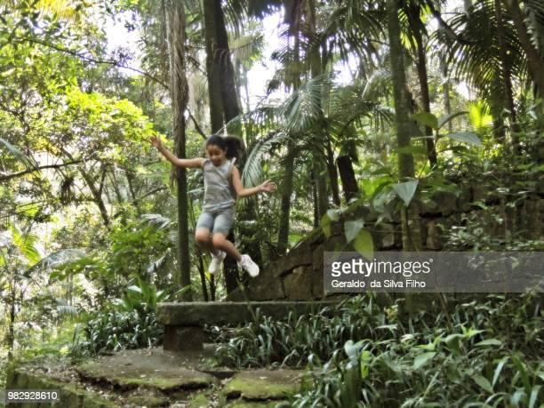 girl jumping - filho bildbanksfoton och bilder
