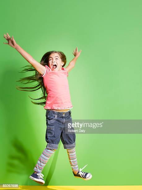 Fille sautant avec enthousiasme