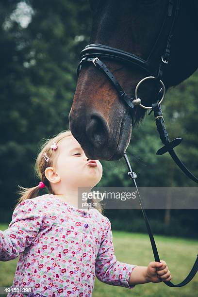 fille embrasser son cheval - equestrian animal photos et images de collection