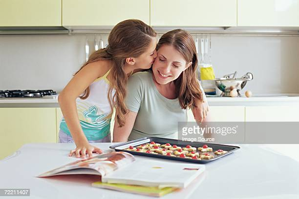 girl kissing mother on the cheek - de amado carrillo fuentes fotografías e imágenes de stock