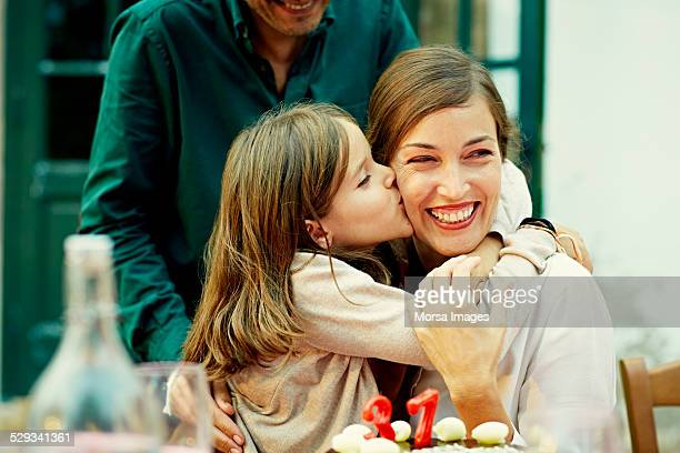 girl kissing mother while celebrating birthday - 40 49 jaar stockfoto's en -beelden