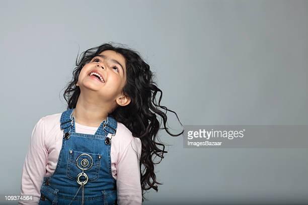 girl (4-5) laughing and looking up - cabeza hacia atrás fotografías e imágenes de stock