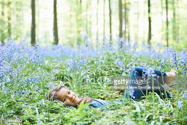 Chica sentar en el Campo de flores