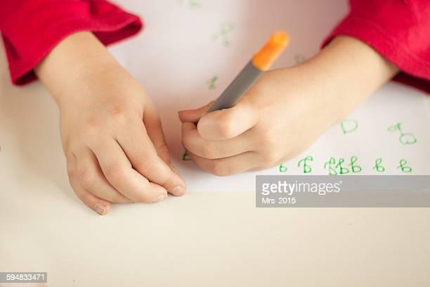 girl learning to write - linkshandig stockfoto's en -beelden