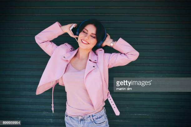 girl listening to music - capo di vestiario foto e immagini stock