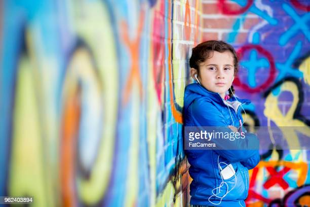 niña escuchar música - pintar mural fotografías e imágenes de stock