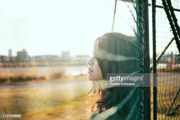 girl looking at a distance - yusuke nishizawa photos et images de collection
