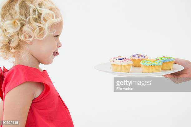 girl looking at cupcakes - lambendo os lábios - fotografias e filmes do acervo