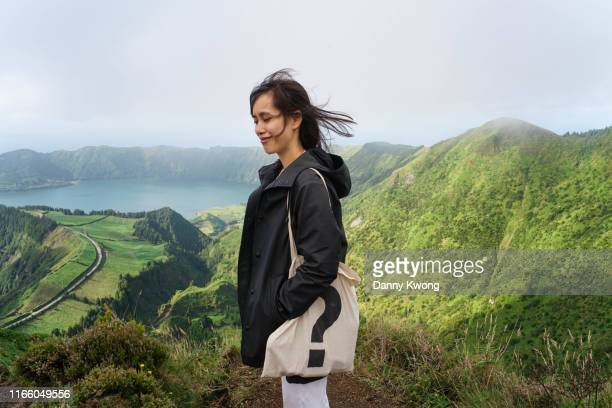 girl looking at mountain and lake - トートバッグ ストックフォトと画像