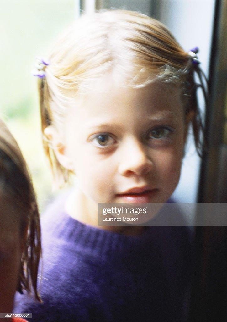 Girl looking into camera, portrait : Stockfoto