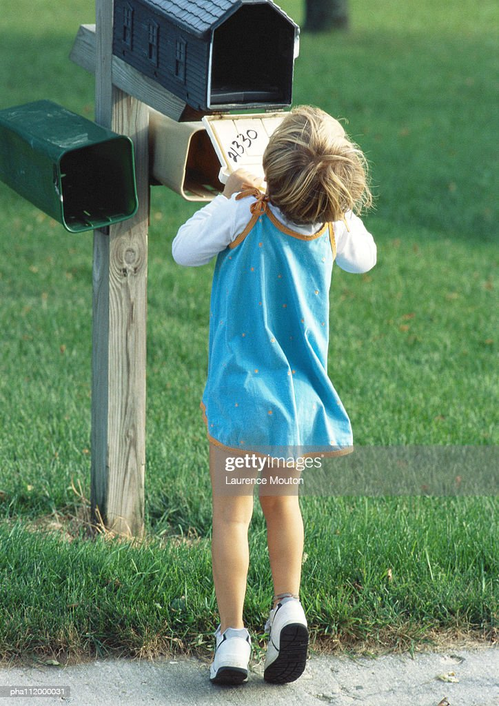 Girl looking into mailbox, rear view : Stockfoto