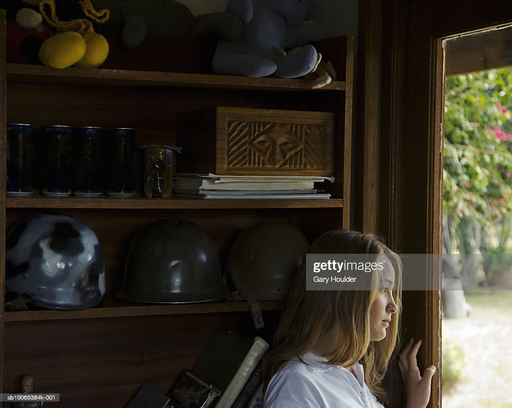 Girl (12-13) looking out window : Foto stock