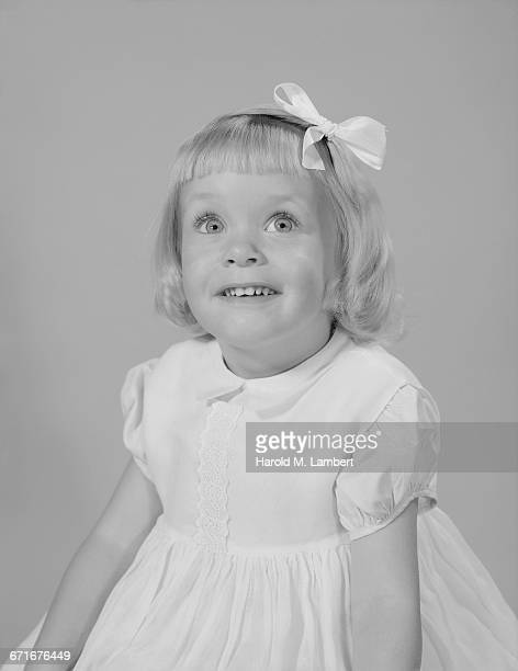 girl looking up and smiling  - {{ contactusnotification.cta }} stockfoto's en -beelden