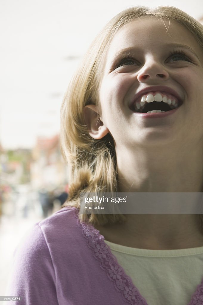 Girl (9-10) looking up : Foto de stock