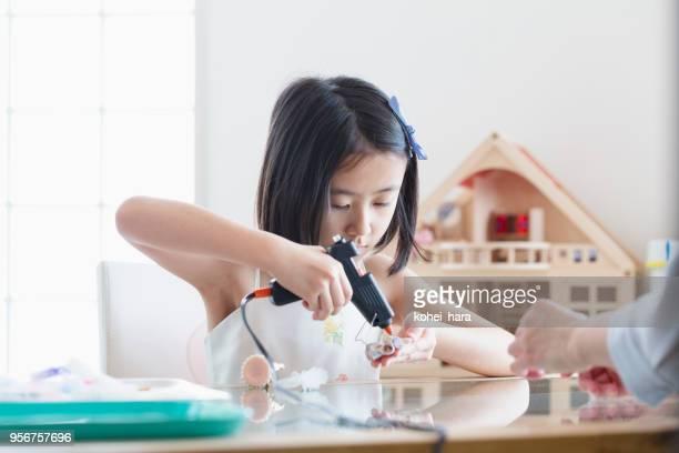 女の子の手を作る製アクセサリー - 自家製 ストックフォトと画像