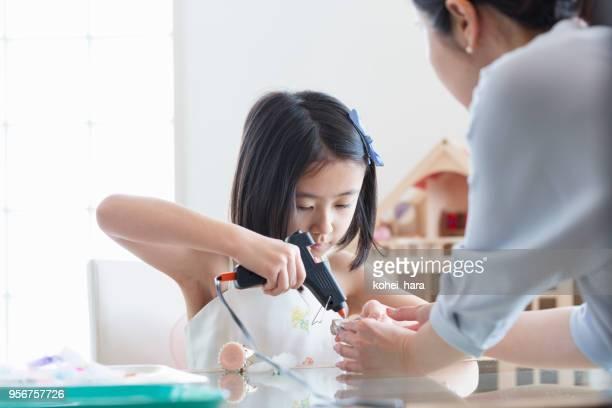 女の子の手を作る製アクセサリー - 技能 ストックフォトと画像