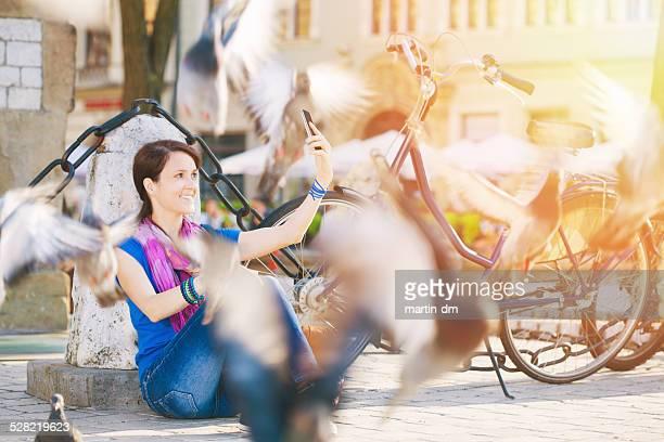 Chica haciendo un autorretrato en Cracovia