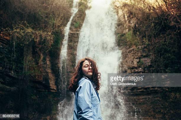 滝の近くの少女 - コーカサス ストックフォトと画像