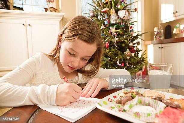 Mädchen mit Cookies und Weihnachten Wunschliste Santa