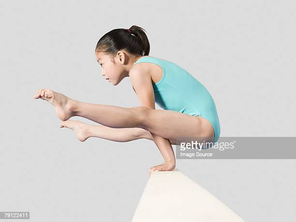 fille sur un poutre - gymnastique sportive photos et images de collection