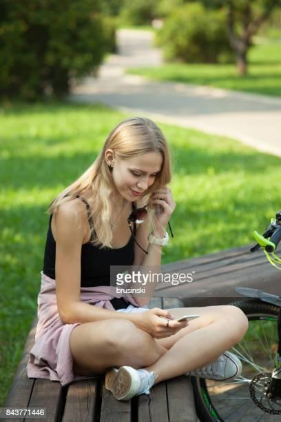 Chica en un paseo con un teléfono móvil